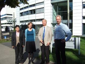 写真(4) Fraunhofer 研究所にて、左から青木氏、Dr. Weurman 氏、松山氏、Dr. Hinsh 氏(撮影者:筆者)